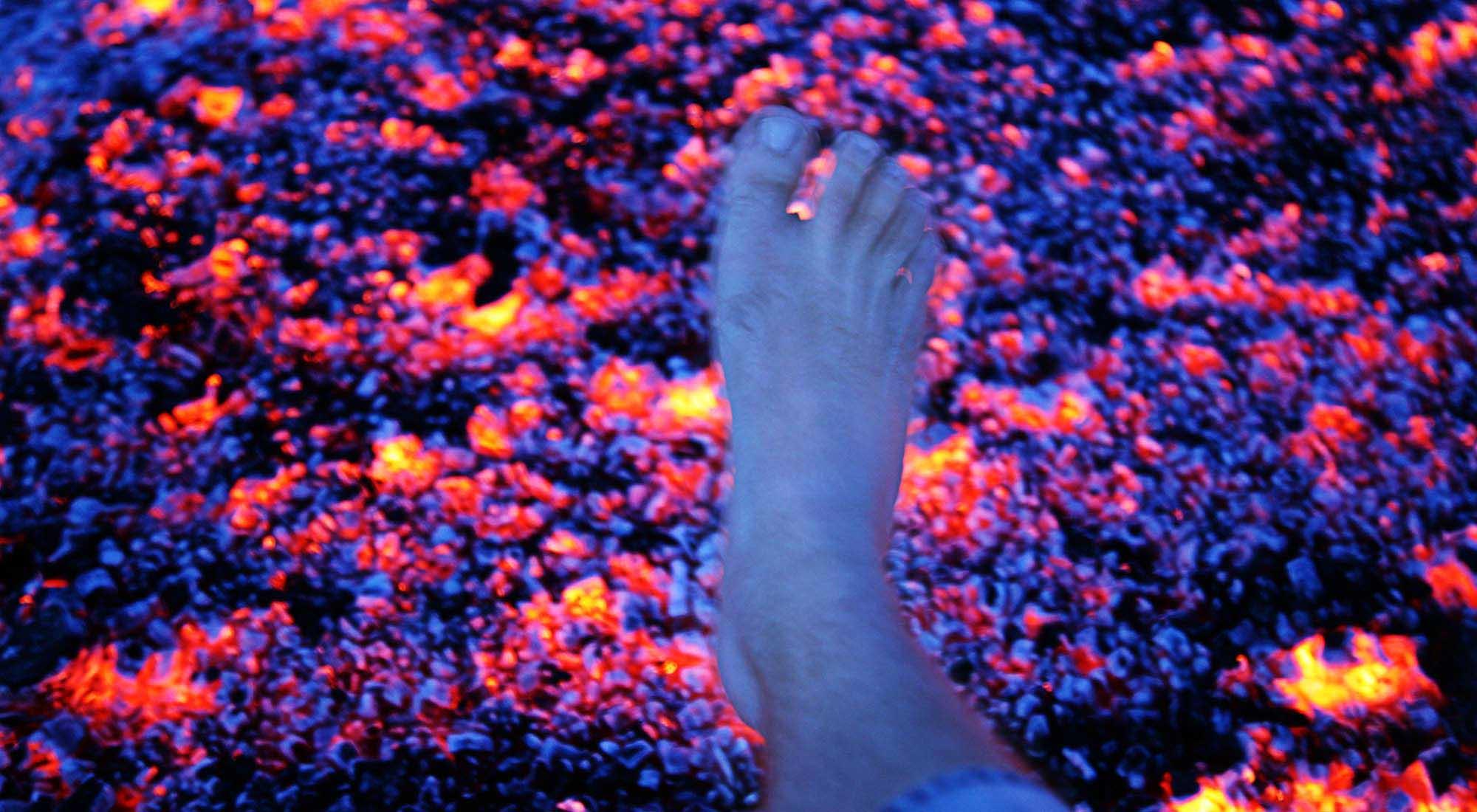 Fuß über der Glut beim Feuerlauf