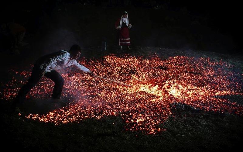 Glutteppich beim Feuerlauf der Anastearides