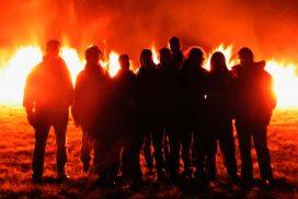 Gruppe Feuerläufer vor Feuer