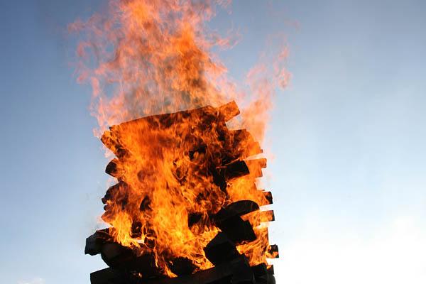 Flammen im Himmel beim Feuerlauf