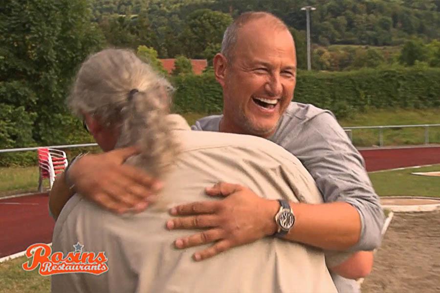 Frank Rosin umarmt Rolf Iven nach Feuerlauf